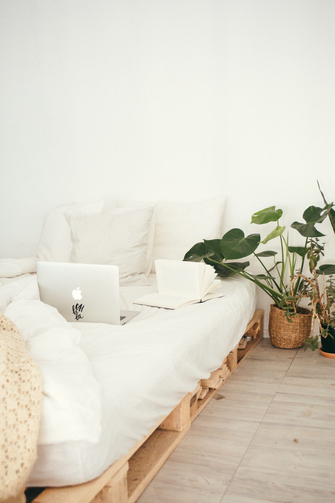 turned-on-silver-macbook-on-white-bed-916337